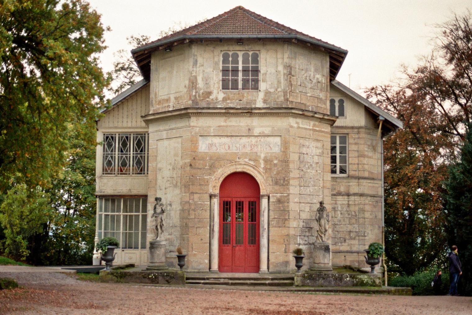 Altes Gebäude mit roter Tür