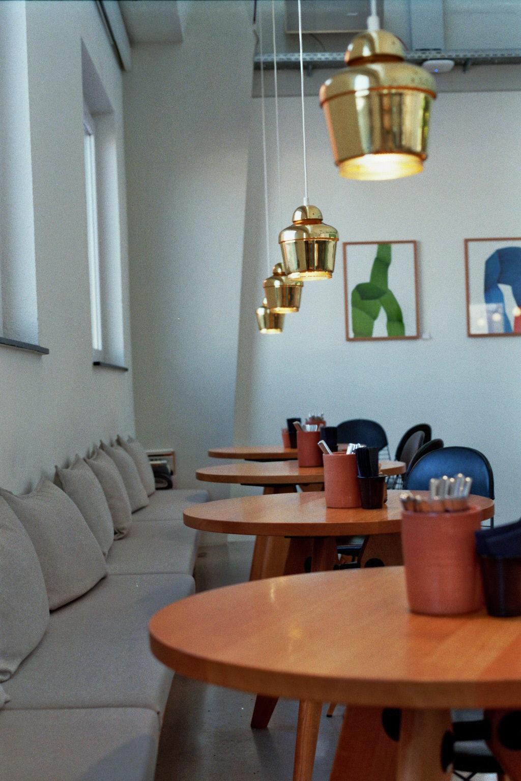 Bild mit Tischen und Lampen aus dem Vitra Cafe