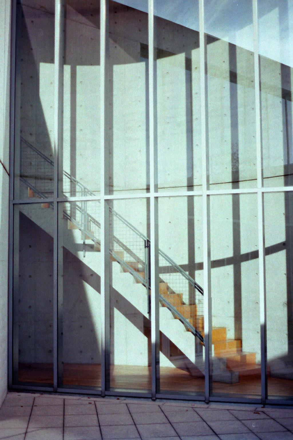 Glasfront des Konferenzpavilions von Tadao Ando bei Vitra