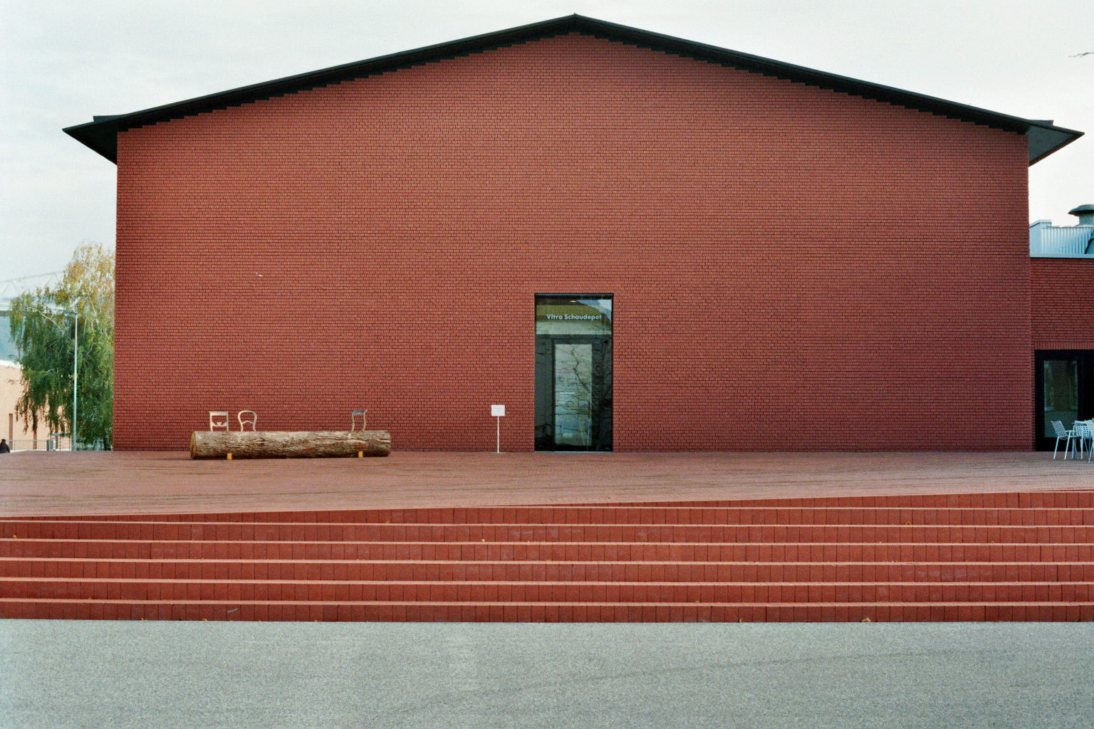 Vorderansicht der Fassade mit Ziegeln des Schaudepots von Vitra