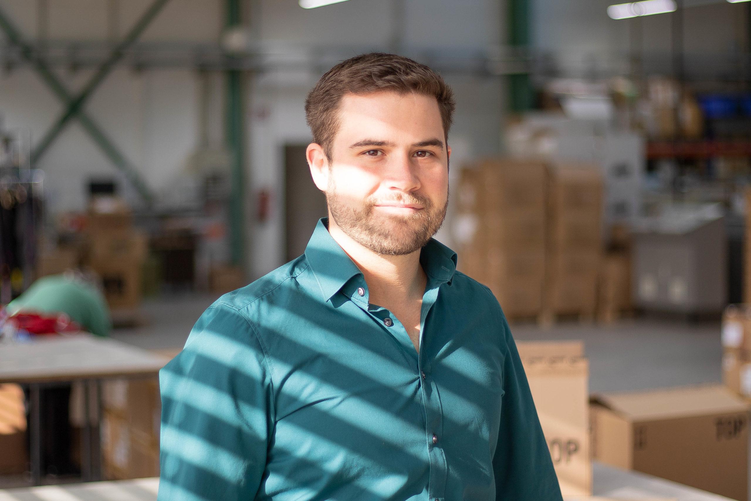 Mann in Produktionshalle