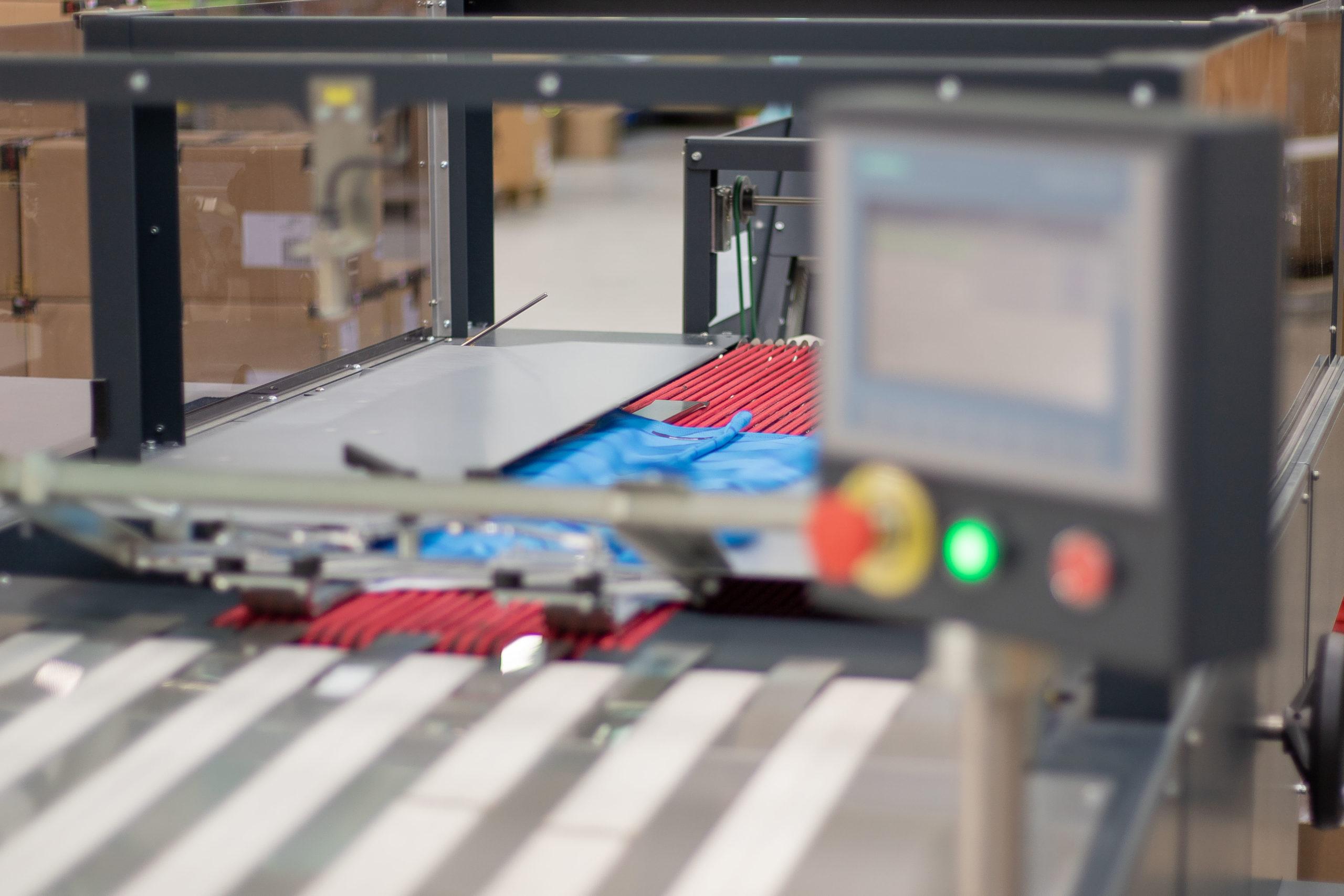 Maschine zum falten von Textilien in Produktionshalle