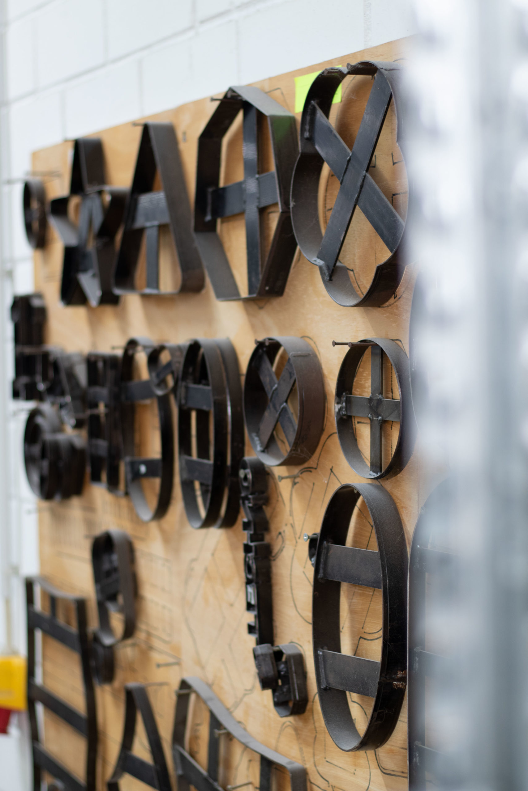 Stanzformen an einer Wand in einer Produktionshalle