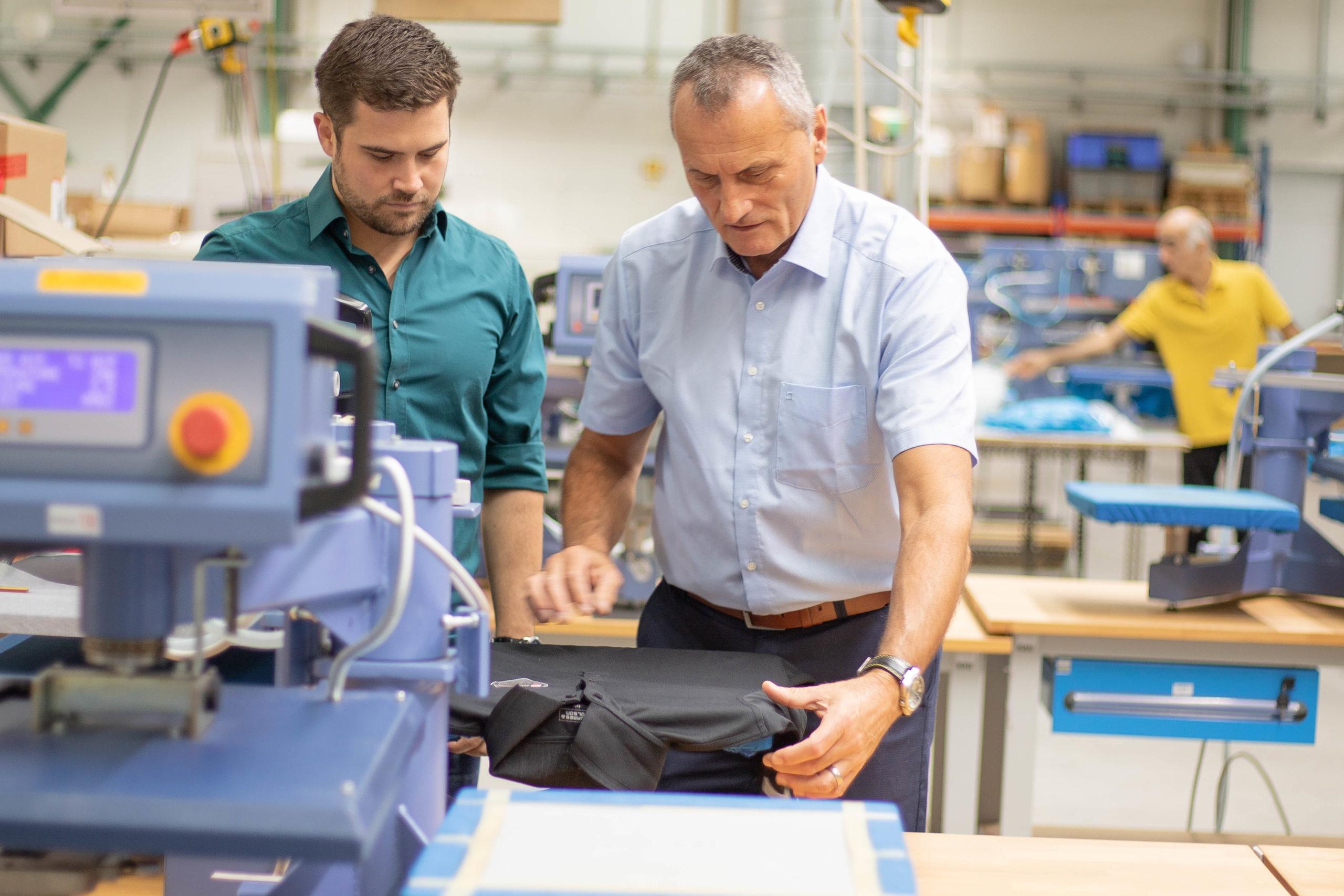 Vater und Sohn in der Produktion an einer Transferpresse