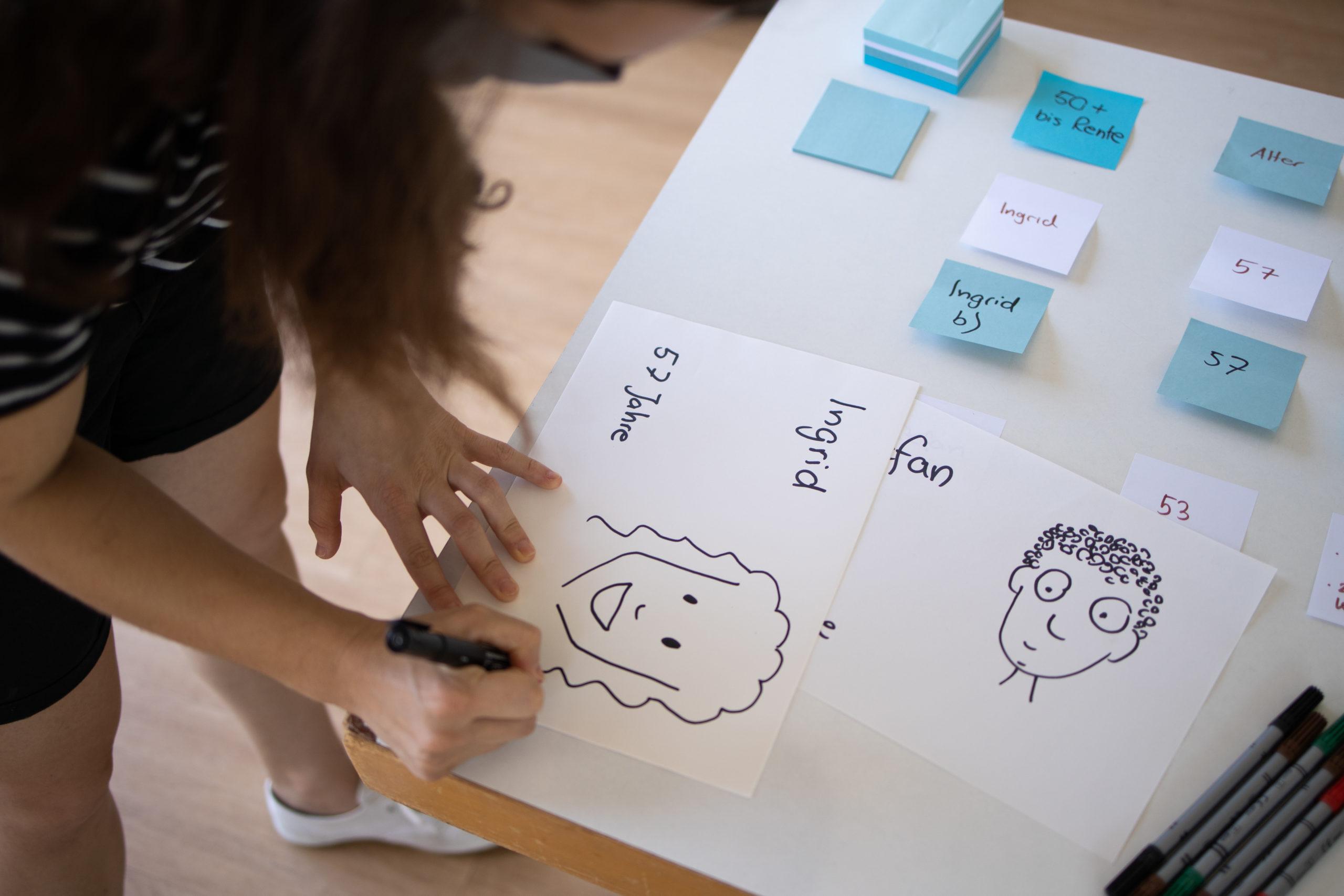 Frau erstellt Persona in Design Thinking Prozess